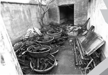 被查处的非法冶炼场内的废弃金属